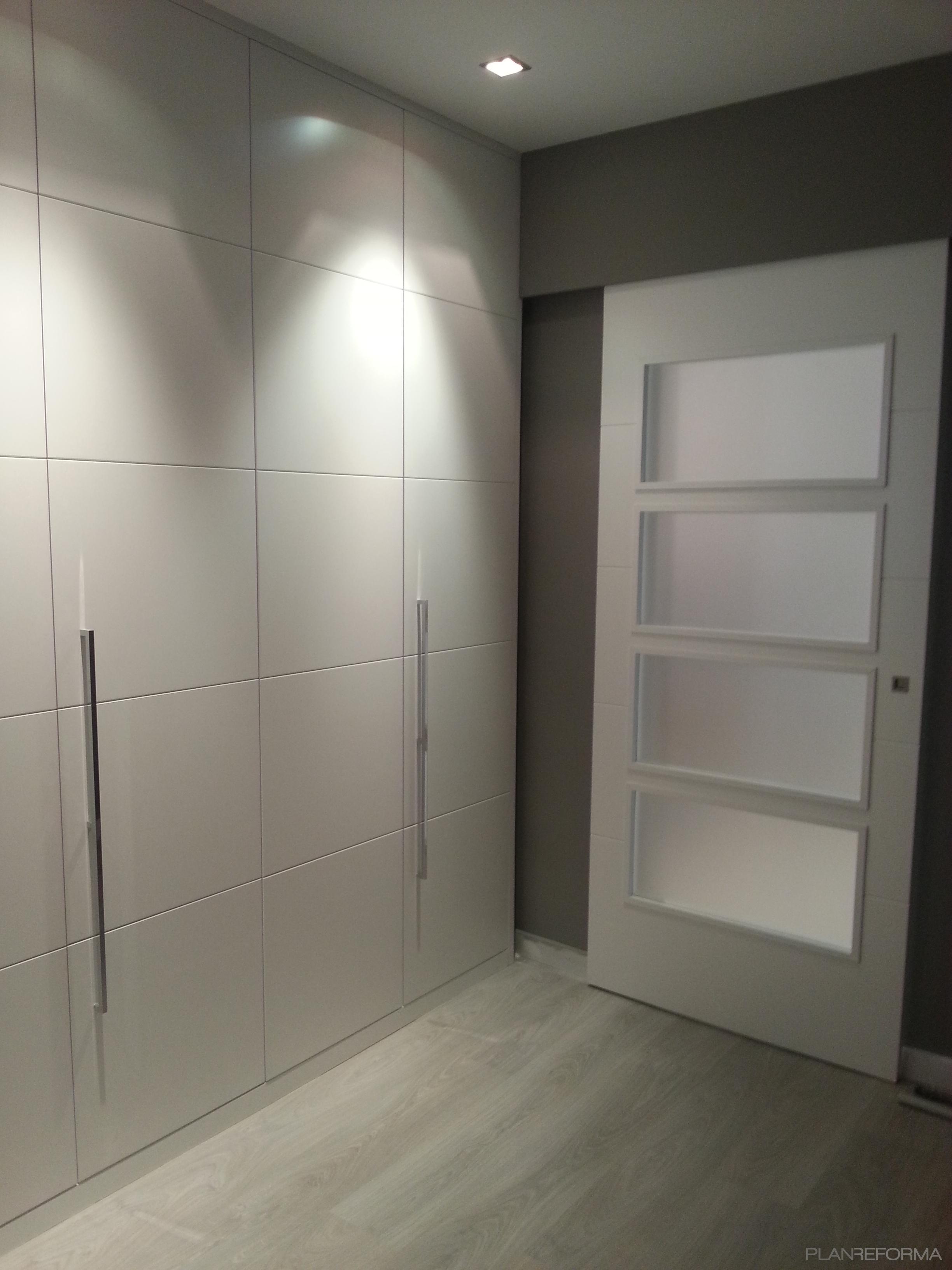 Vestidor estilo moderno color beige gris gris - Armarios empotrados modernos ...