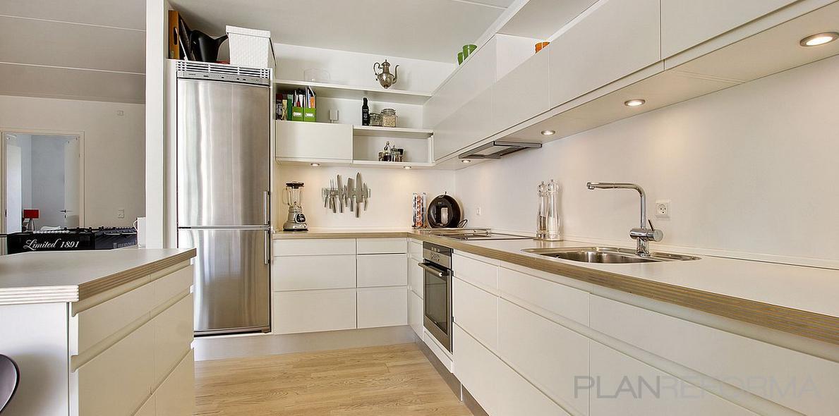 Cocina Estilo contemporaneo Color beige, blanco  diseñado por MONIKA LAO INTERIORISMO | Gremio | Copyright propietario