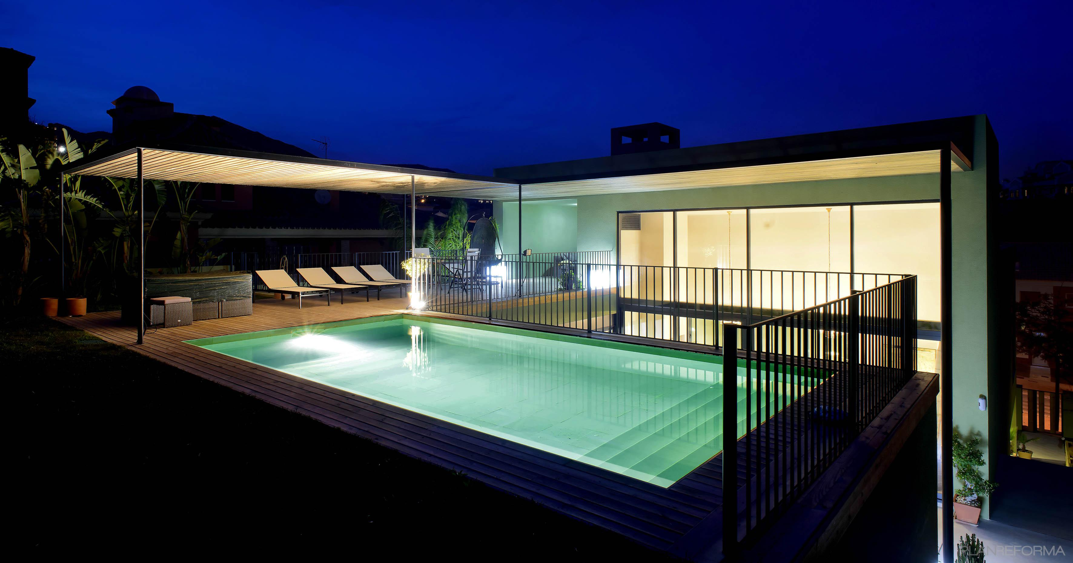 Piscina porche exterior estilo moderno color turquesa for Estilos de piscinas modernas