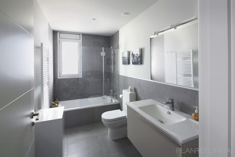 Ba o estilo moderno color blanco gris gris for Banos blancos modernos