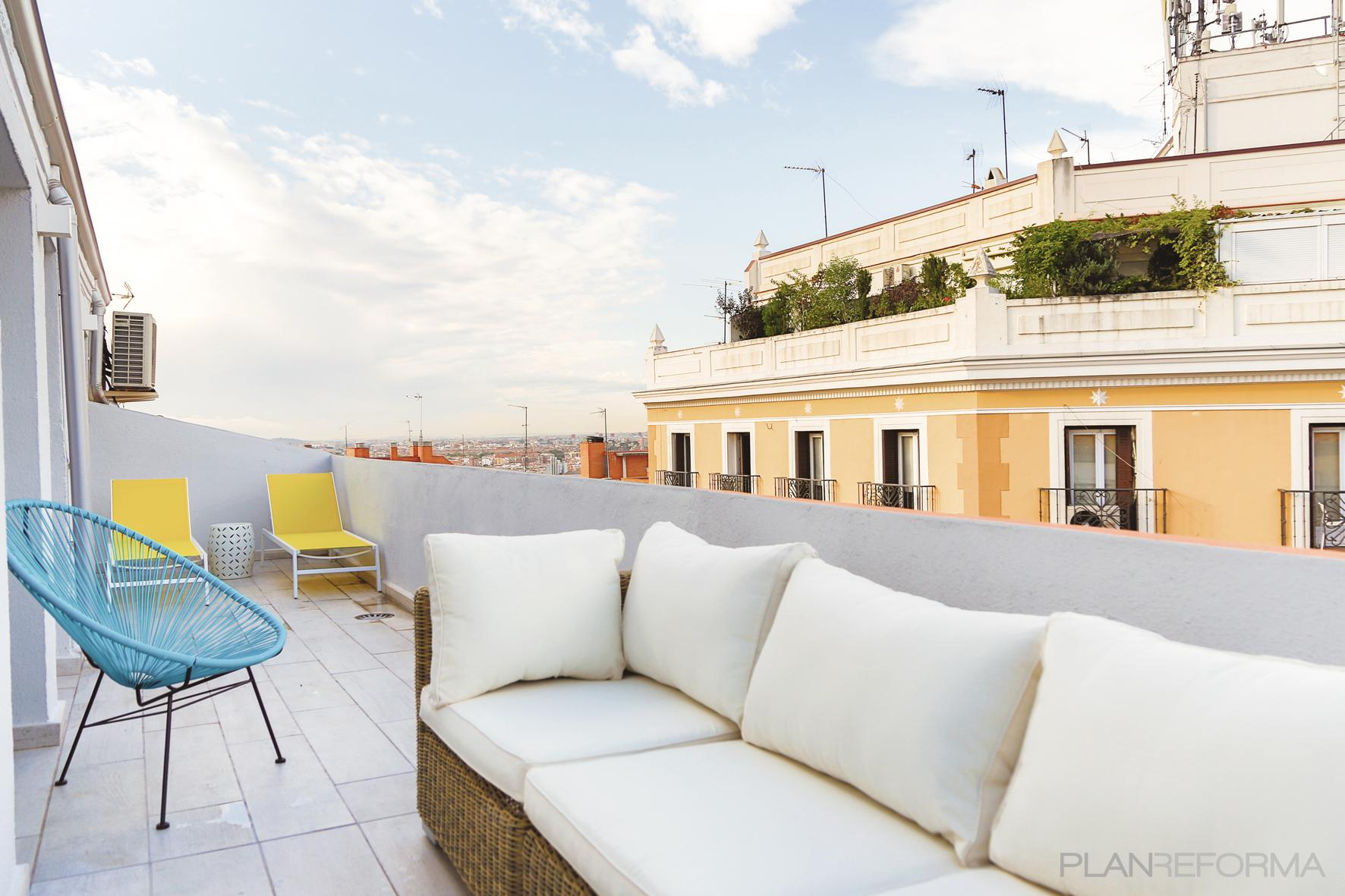 terraza estilo contemporaneo color amarillo turquesa blanco