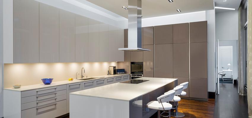 Cocina Estilo moderno Color marron, marron, blanco  diseñado por DCM | Arquitecto | Copyright DCM