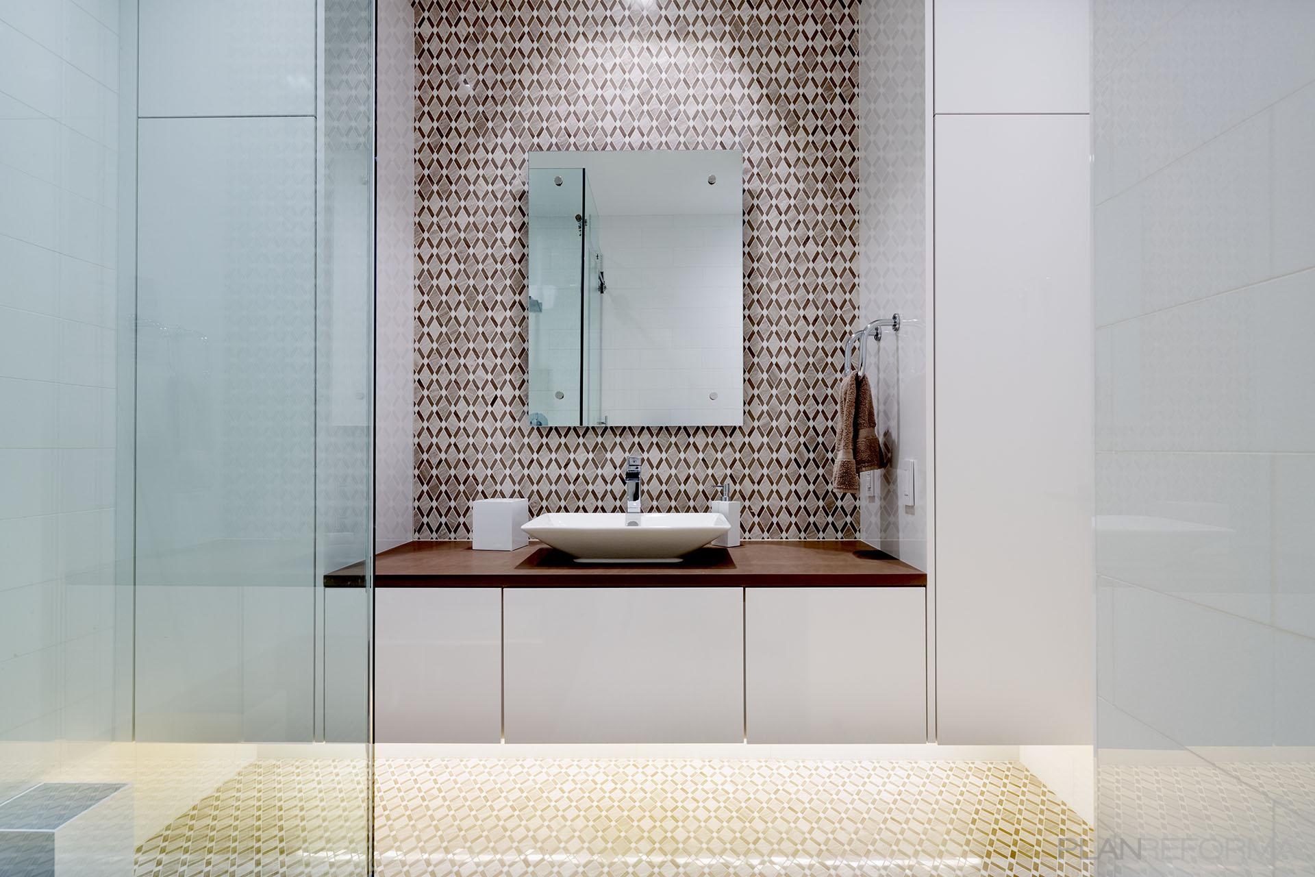 Baño Estilo moderno Color marron, marron, blanco  diseñado por DCM | Arquitecto | Copyright DCM