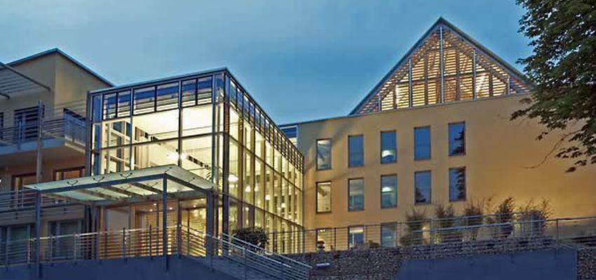 Exterior Estilo moderno Color amarillo, blanco, gris, gris, negro  diseñado por STRUCK arquitectos | Arquitecto