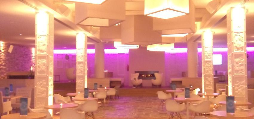 Cafeteria, Bar, Hotel style moderno color beige  diseñado por TALLER DE PANTALLAS   Marca colaboradora   Copyright si