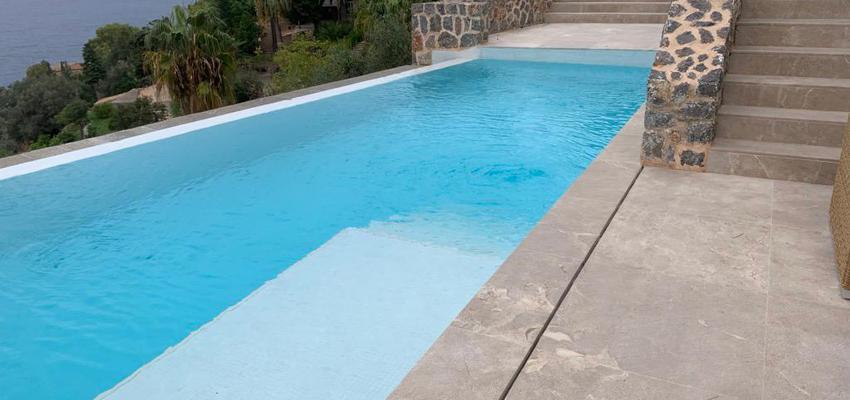 Piscina, Exterior Estilo mediterraneo Color verde, azul cielo, gris  diseñado por Holger Obras SL | Gremio | Copyright Holger Obras SL