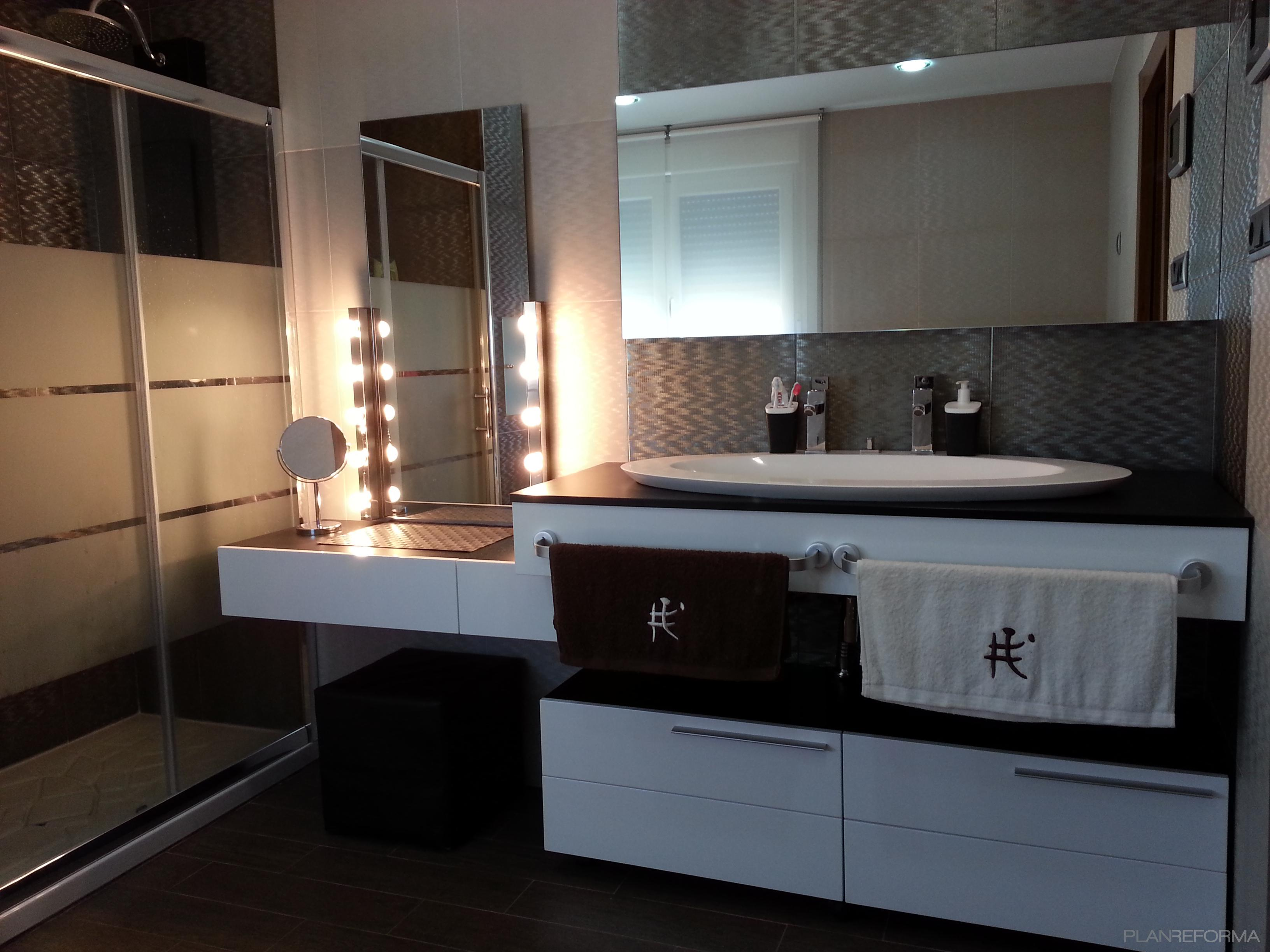 Ba o tocador style moderno color beige negro plateado for Espejo para maquillarse