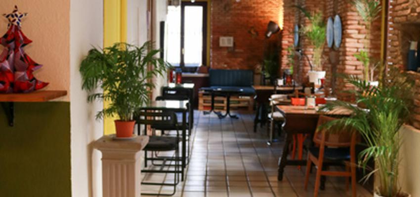 Cafeteria Estilo vintage Color amarillo, verde, marron  diseñado por The Numen Studio   Interiorista   Copyright The Numen Studio