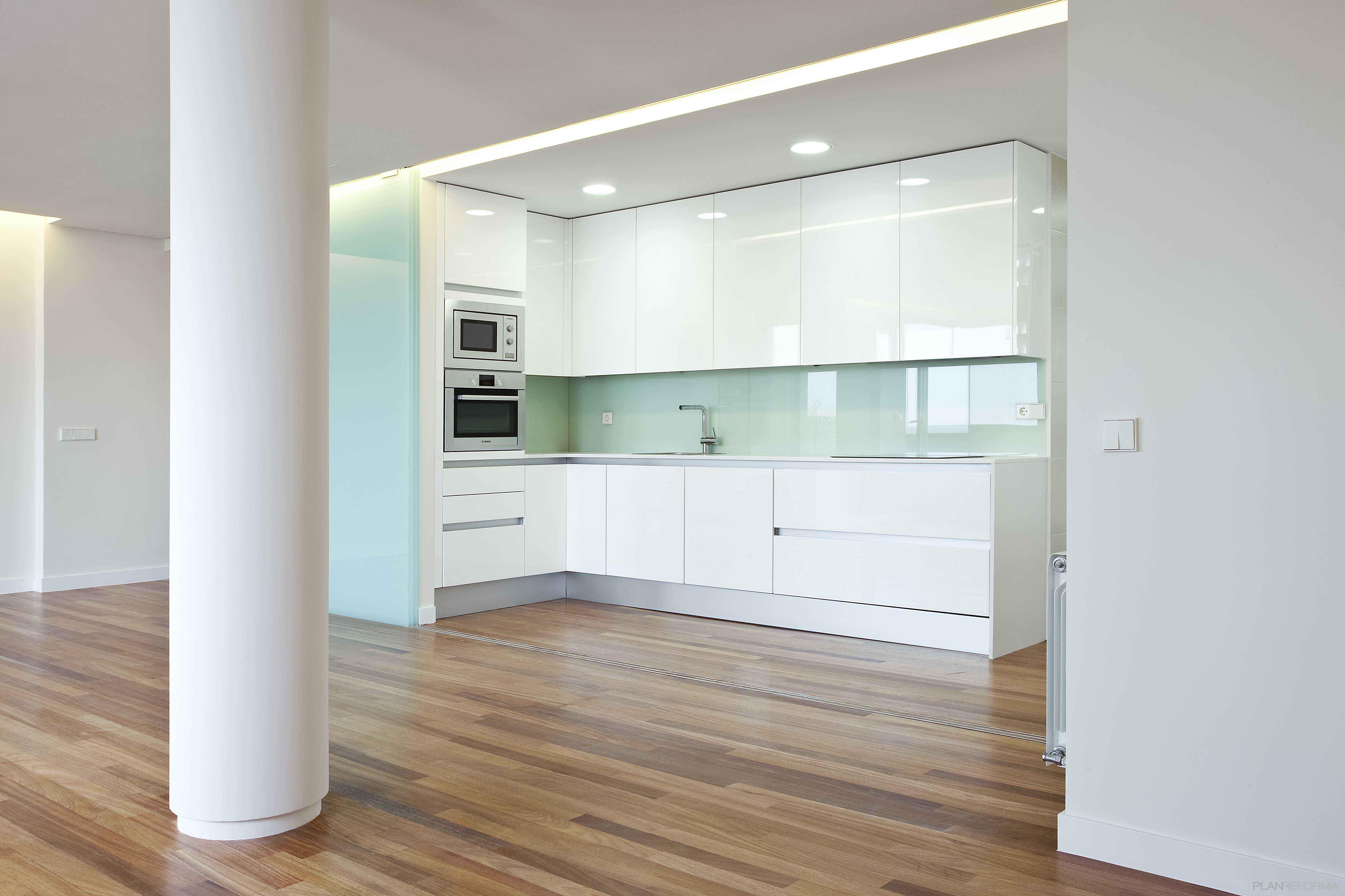 Comedor sala de la tv cocina style vanguardista color for Cielos de cocinas