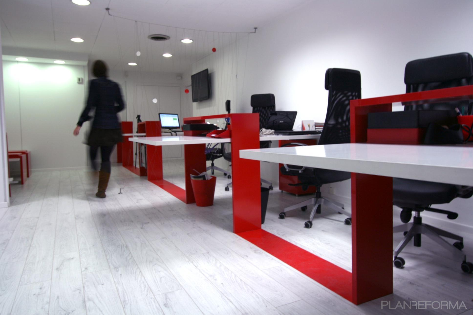 Oficina style moderno color rojo blanco for Oficinas modernas planos
