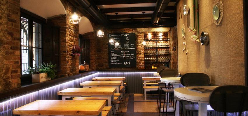 Restaurante, Cafeteria, Bar Estilo contemporaneo Color marron, marron, negro  diseñado por UMA Arquitectura e Interiorismo | Arquitecto | Copyright Tiene todos los derechos reservados a UMA Arquitectura e Interiorismo.