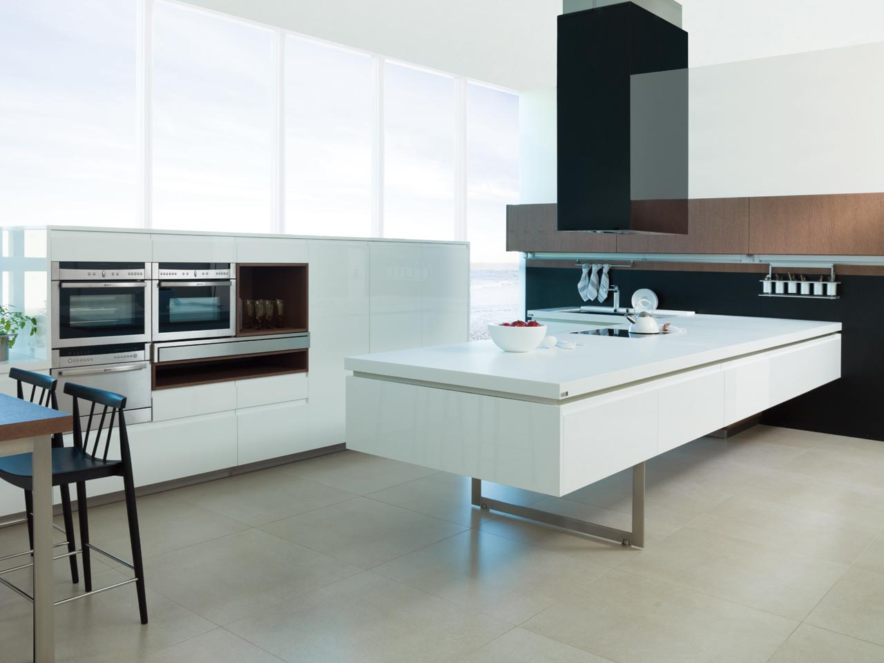 Cocina style contemporaneo color marron, blanco, gris, negro, plateado