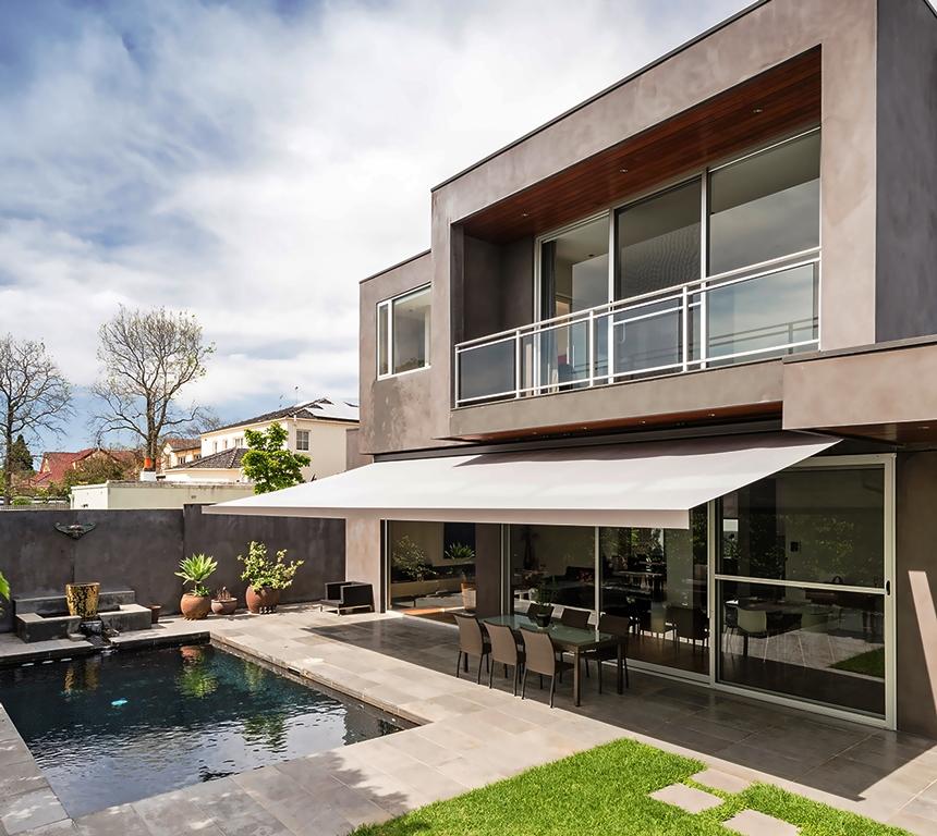 Terraza balcon piscina porche exterior jardin style for Casas con porche y piscina